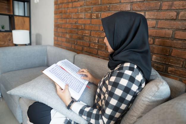 Nahaufnahme der frau, die koran liest