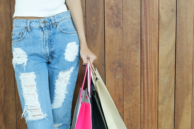 Nahaufnahme der frau einkaufstaschen mit kopienraum halten