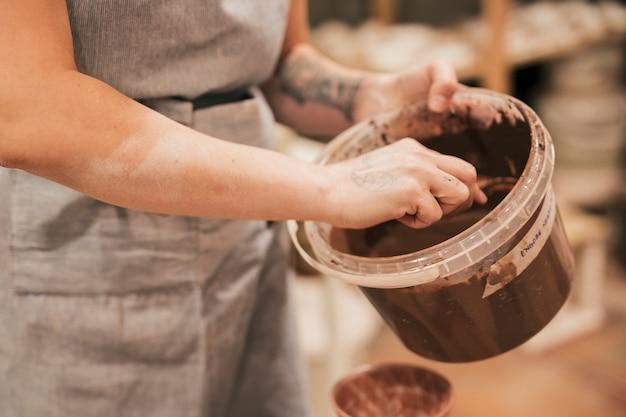 Nahaufnahme der frau farbe für keramisches produkt halten