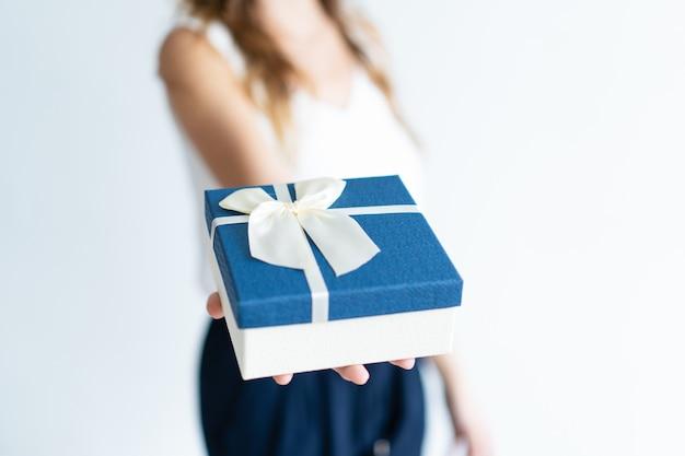 Nahaufnahme der frau geschenkbox auf palme halten