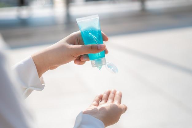 Nahaufnahme der frau hand mit alkohol antiseptischen gel, prävention, hände häufig reinigen, infektion verhindern, ausbruch von covid-19, mädchen hände waschen mit händedesinfektionsmittel, um eine kontamination zu vermeiden.