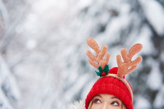 Nahaufnahme der frau im weihnachtskostüm späht