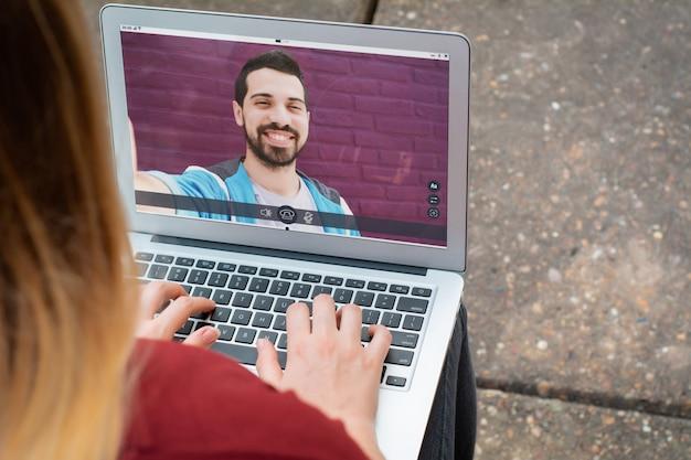 Nahaufnahme der frau online plaudernd mit ihrem freund
