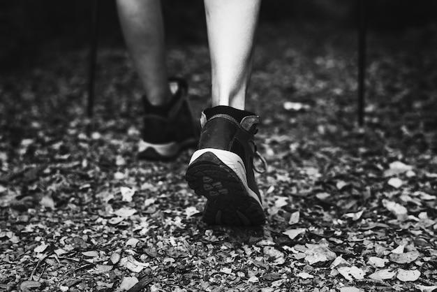Nahaufnahme der frau trekking schuhe tragen