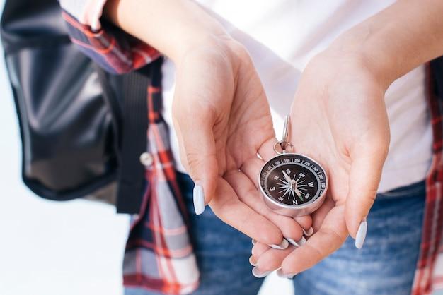Nahaufnahme der frauenhand navigationskompass halten