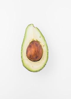Nahaufnahme der frischen avocado lokalisiert auf weißem hintergrund