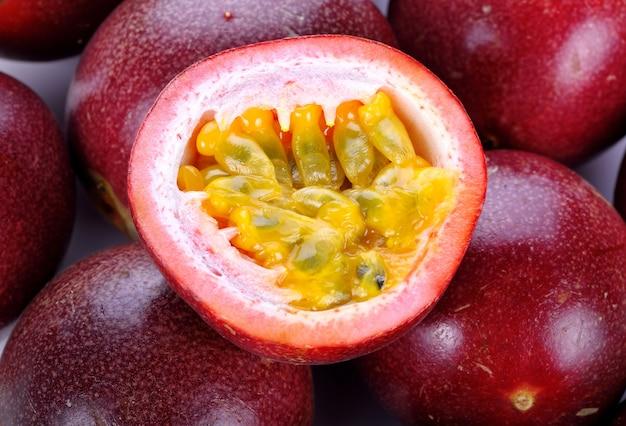 Nahaufnahme der frischen lila passionsfruchternte vom bauernhof