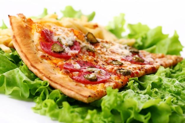 Nahaufnahme der frischen pizza mit pommes frites