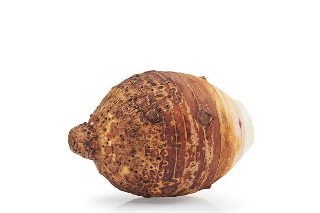 Nahaufnahme der frischen taro isoliert, vorderansicht. beschneidungspfad