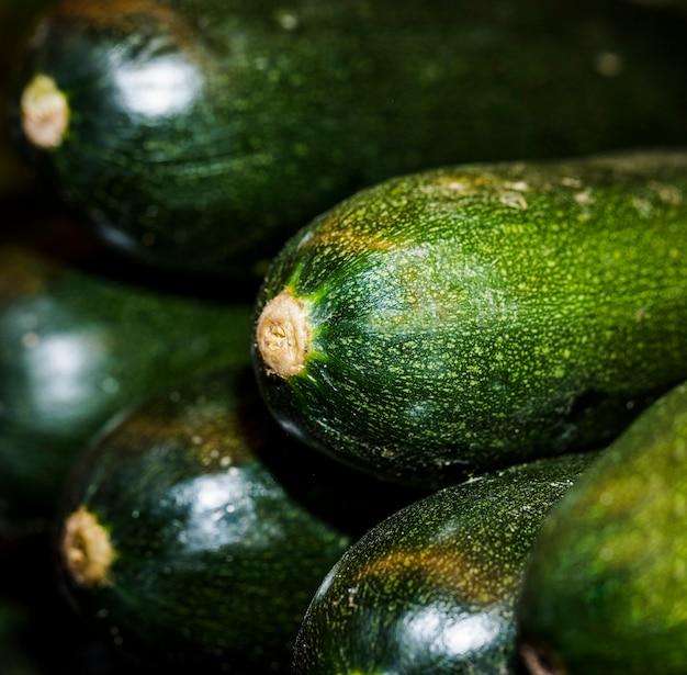 Nahaufnahme der frischen zucchini im speicher