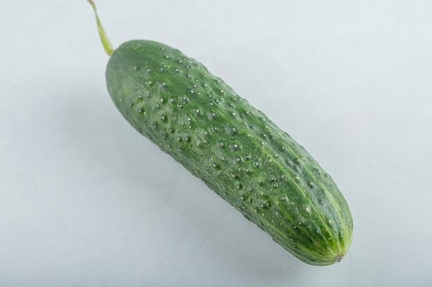 Nahaufnahme der ganzen frischen grünen gurke. hochwertiges foto