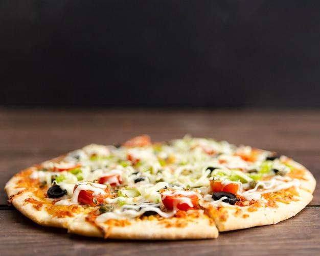 Nahaufnahme der gebackenen pizza