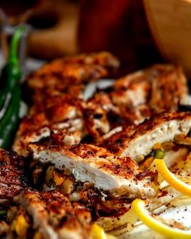 Nahaufnahme der gegrillten hühnerbrust gefüllt mit pilzkarotte und paprika