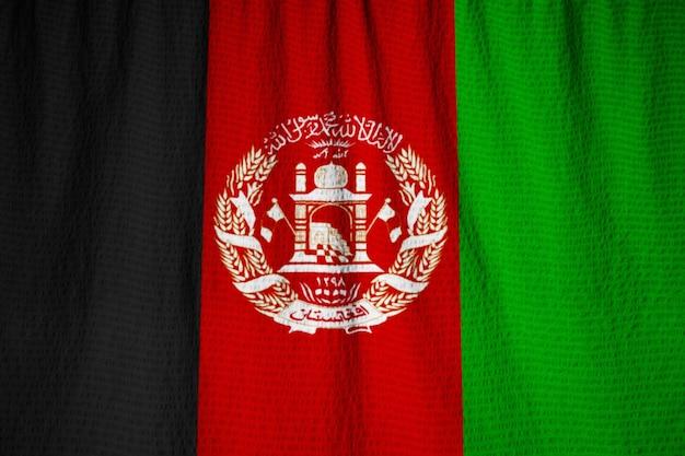 Nahaufnahme der gekräuselten afghanistan-flagge, afghanistan-flagge, die im wind durchbrennt