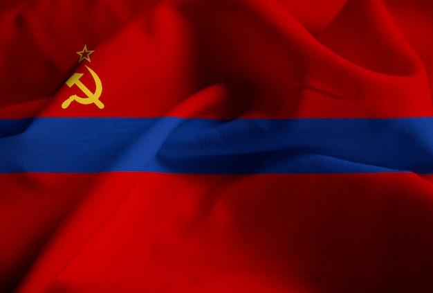 Nahaufnahme der gekräuselten armenischen ssr-flagge, armenische ssr-flagge, die im wind durchbrennt