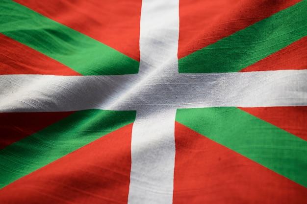 Nahaufnahme der gekräuselten baskenland-flagge, baskenland-flagge, die im wind durchbrennt