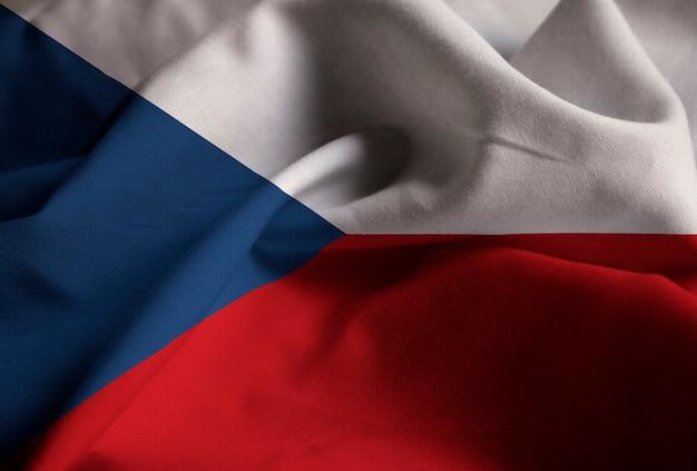Nahaufnahme der gekräuselten flagge der tschechischen republik, flagge der tschechischen republik, die im wind durchbrennt