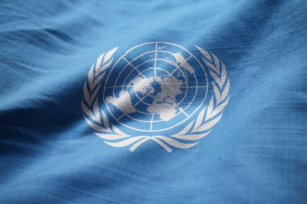 Nahaufnahme der gekräuselten flagge der vereinten nationen, flagge der vereinten nationen, die im wind durchbrennt