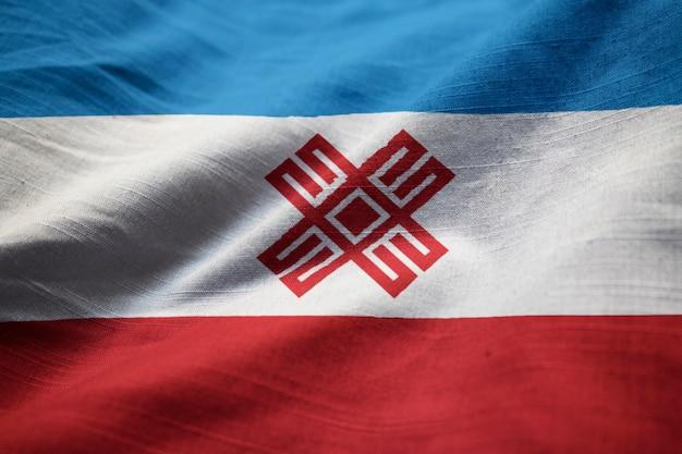 Nahaufnahme der gekräuselten flagge mari el, mari el flag, das im wind durchbrennt