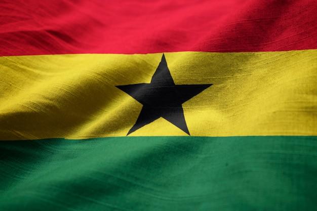 Nahaufnahme der gekräuselten ghana-flagge, ghana-flagge, die im wind durchbrennt