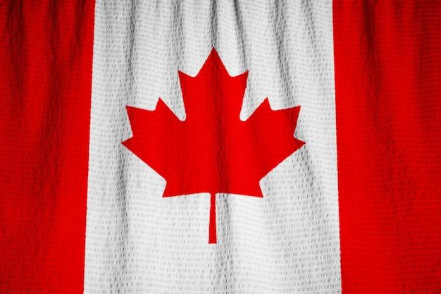 Nahaufnahme der gekräuselten kanada-flagge, kanada-flagge, die im wind durchbrennt