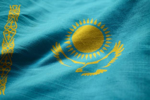 Nahaufnahme der gekräuselten kasachstan-flagge, kasachstan-flagge, die im wind durchbrennt