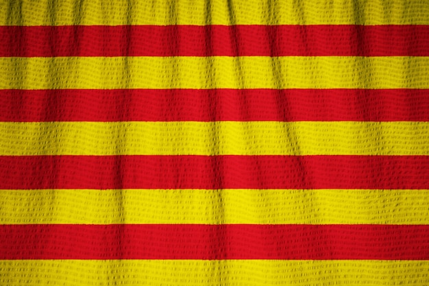 Nahaufnahme der gekräuselten katalonien-flagge, katalonien-flagge, die im wind durchbrennt