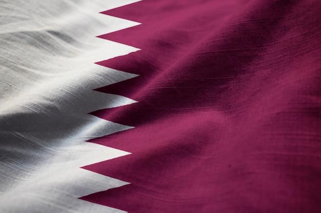 Nahaufnahme der gekräuselten katar-flagge, katar-flagge, die im wind durchbrennt