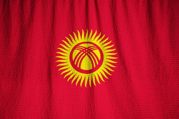 Nahaufnahme der gekräuselten kirgisistan-flagge, kirgisistan-flagge, die im wind durchbrennt