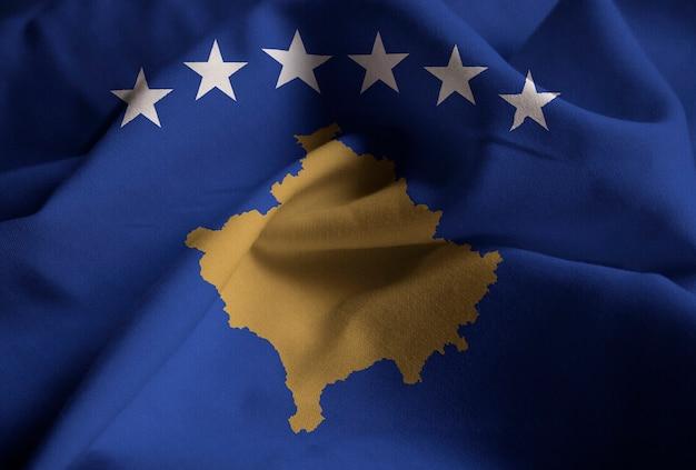 Nahaufnahme der gekräuselten kosovo-flagge, kosovo-flagge, die im wind durchbrennt