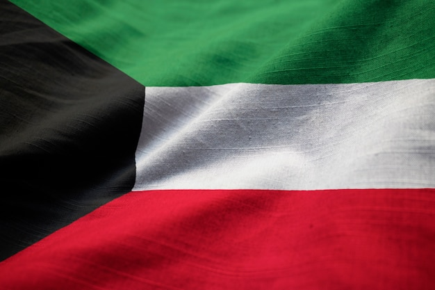 Nahaufnahme der gekräuselten kuwait-flagge, kuwait-flagge, die im wind durchbrennt