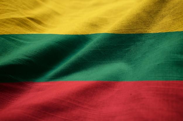 Nahaufnahme der gekräuselten litauen-flagge, litauen-flagge, die im wind durchbrennt