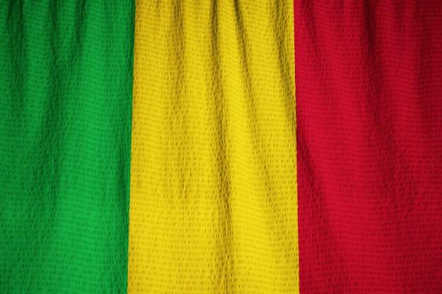 Nahaufnahme der gekräuselten mali flagge, mali flagge, die im wind durchbrennt