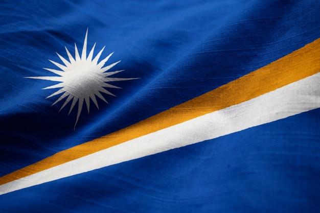 Nahaufnahme der gekräuselten marshall-insel-flagge, marshall islands-flagge, die im wind durchbrennt