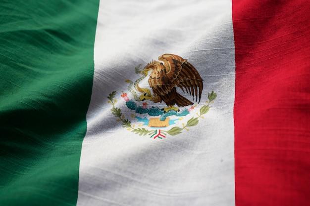 Nahaufnahme der gekräuselten mexiko-flagge, mexiko-flagge, die im wind durchbrennt