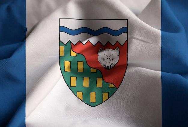 Nahaufnahme der gekräuselten nordwestterritorium-flagge, nordwestterritorium-flagge, die im wind durchbrennt