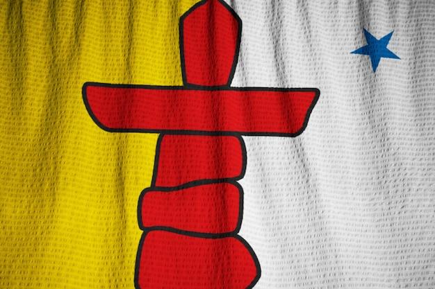 Nahaufnahme der gekräuselten nunavut-flagge, nunavut-flagge, die im wind durchbrennt