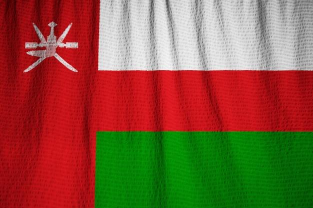 Nahaufnahme der gekräuselten oman-flagge, oman-flagge, die im wind durchbrennt