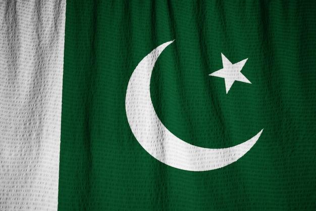 Nahaufnahme der gekräuselten pakistan-flagge, pakistan-flagge, die im wind durchbrennt