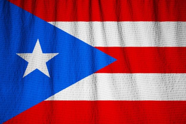 Nahaufnahme der gekräuselten puerto- ricoflagge, puerto rico-flagge, die im wind durchbrennt