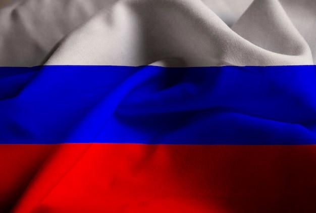 Nahaufnahme der gekräuselten russland-flagge, russland-flagge, die im wind durchbrennt