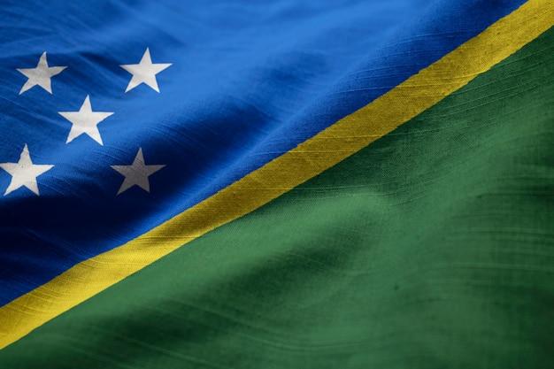 Nahaufnahme der gekräuselten solomon islands-flagge, solomon islands-flagge, die im wind durchbrennt