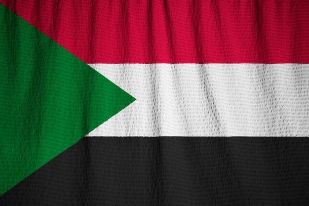 Nahaufnahme der gekräuselten sudan-flagge, sudan-flagge, die im wind durchbrennt