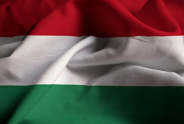 Nahaufnahme der gekräuselten ungarn-flagge, ungarn-flagge, die im wind durchbrennt