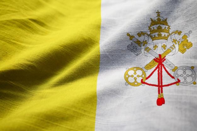 Nahaufnahme der gekräuselten vatikanstadt-flagge, vatikanstadt-flagge, die im wind durchbrennt