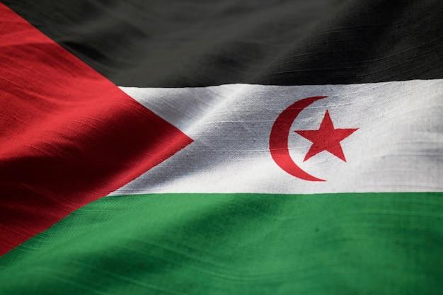 Nahaufnahme der gekräuselten westsahara-flagge, westsahara-flagge, die im wind durchbrennt