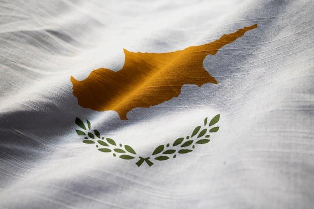 Nahaufnahme der gekräuselten zypern-flagge, zypern-flagge, die im wind durchbrennt