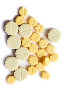 Nahaufnahme der gelben tablette auf lokalisiert