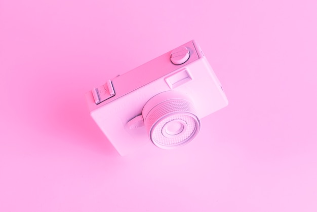 Nahaufnahme der gemalten alten kamera gegen rosa hintergrund