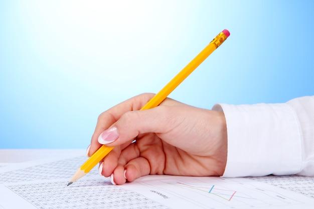 Nahaufnahme der geschäftsfrau hand, schreiben auf papier
